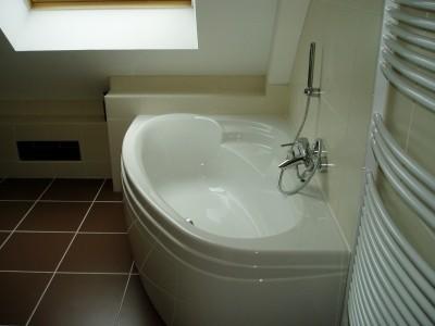 baignoire sous pente affordable deco petite salle de bain avec baignoire une salle de bain sous. Black Bedroom Furniture Sets. Home Design Ideas
